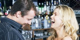12 mënyra për t'u bërë më tërheqës tërheqëse dhe joshëse në sytë e partnerit