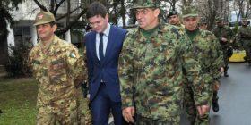 """Komandanti i KFOR-it në Kosovë """"selam"""" ushtarakëve serbë"""