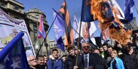 Shesheli mbledhë nacionalistët: Djegin flamujt e Kosovës, SHBA-së, NATO-së…