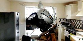 """Humbi kontrollin, """"parkohet"""" në murin e kuzhinës (Video)"""