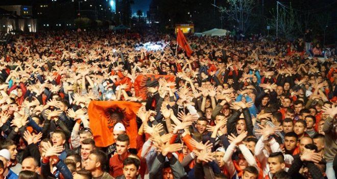 Natë e zhurmshme në Elbasan nga festa kuqezi
