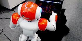 Roboti mëson fëmijët të shkruajnë