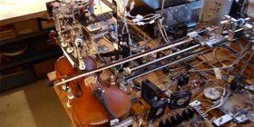 Roboti që luan në violinë (Video)