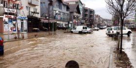 Uji vërshon rrugët e Vitisë (Foto)