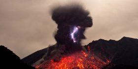 Fenomen i rrallë mes rrufesë dhe vullkanit