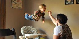 Fëmija me sindromën daun që fluturon po çmend rrjetin