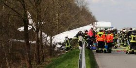 Aeroplani i vogël bie në autostradë, dy të vdekur