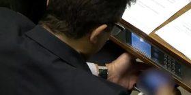 Deputeti shikon një video erotike gjatë seancës në Parlament (Video)
