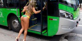 Miss Bum Bum del në rrugë e zhveshur, trafiku në kaos në Brazil