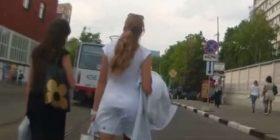 Ja si reagojnë shoferët kur shohin një femër të bukur në rrugë (Video)