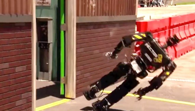 Robotë që rrëzohen, videoja më gazmore që mund të keni parë (Video)