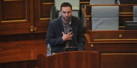 Denoncon Konjufca: Komisioni tjetërsoi peticionin e 35 mijë kosovarëve për rrymën!