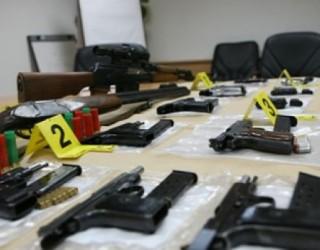 Policia konfiskon arsenal armësh në Pejë