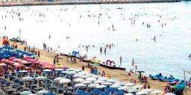 Kosovarët mbushin plazhet e Sarandës dhe Velipojës
