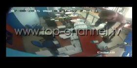 Durrës, policia shpërndan pamjet e grabitjes së bankës (Video)
