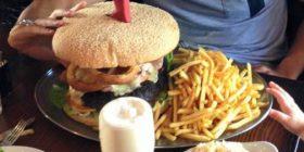 Këtë hamburger askush nuk ka mujt me qu deri në fund!