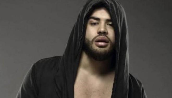 """Noizy """"shpërndan"""" llokumet për """"fejesën"""" e tij (Foto)"""