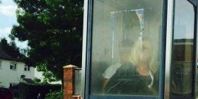 Çifti nuk përmbahet, bëjnë seks në kabinë telefoni (Foto + 18)