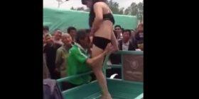 Në fshat vjen një striptizere, por ja çfarë i bëjnë! (Video +18)