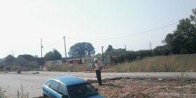 """Pa asnjë shenjë punimesh, kjo veturë bie në """"greminë"""" (Foto)"""