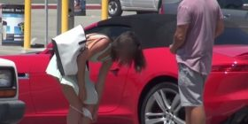 U heq të brendshmet femrave në publikë në këmbim të… (VIDEO)
