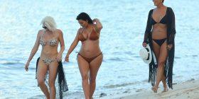 Kim Kardashian shtatzënë me bikini, por nëna e saj e lë në hije