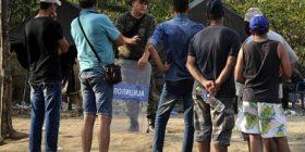 Maqedoni, policia përdor gazin lotsjellës për të zmbrapsur refugjatët