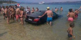 Vetura del nga rruga, kalon mbi kokat e turistëve në plazh
