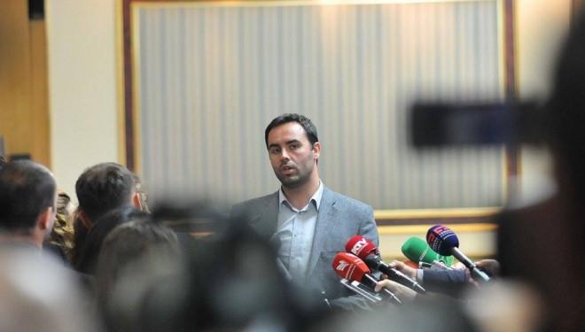 Konjufca akuzon 'njerëzit e pushtetit' – Kështu merren tenderët në Kosovë