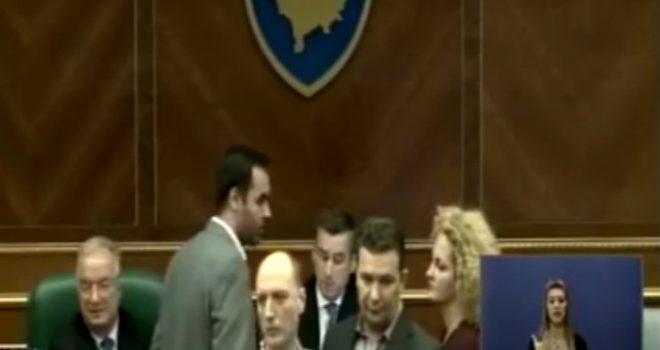 Momenti kur Glauk Konjufca ia marr mikrofonin Kadri Veselit (VIDEO)