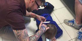 Shihni se çfarë bën ky berber për të qethur një fëmijë (Foto)