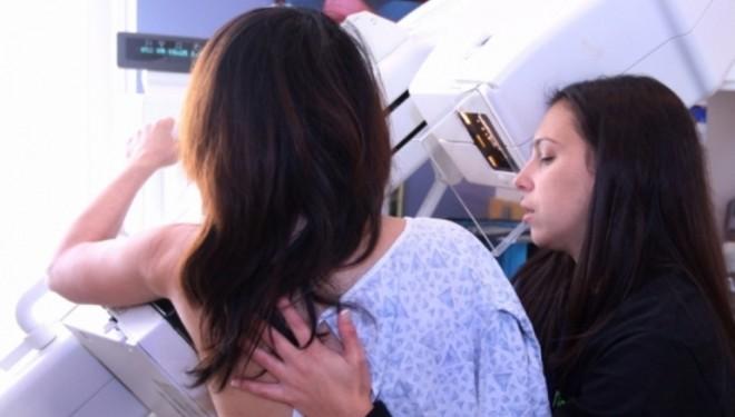 Gruaja me kancer në gji tregon shenjën e qartë të kancerit