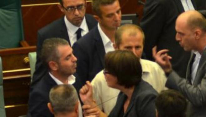 A mund të besoni: Deputeti kosovar e kalon drekën vetëm me byrek (Foto)