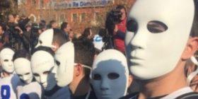 Njerëz me maska në protestën e opozitës në Shqipëri (FOTO)