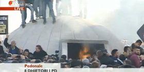Eskalon protesta në Tiranë, i vihet flaka bunkerit para MPB-së (livestream)