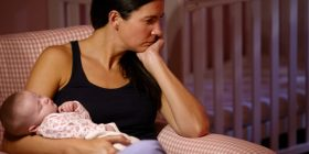 Çfarë është, cilat janë çrregullimet dhe si trajtohet depresioni postnatal
