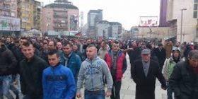 """Protestuesit arrijnë në sheshin """"Skënderbeu"""""""