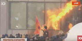 Qeverisë i futet flaka (Foto + Video)
