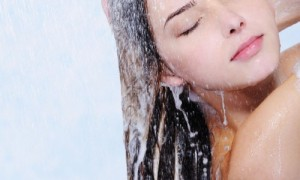 Arsyet pse nuk duhet ta lani fytyrën gjatë dushit