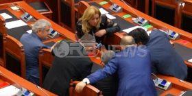 """Video-skandali: Deputetët harrojnë ligjet, """"zhyten"""" në celularë për të parë Shukriun (Video)"""