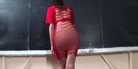 Profesoresha vjen pa brekë, ja si reagojnë studentët (Video 16+)