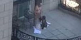 Skandaloze: Treshe në ballkonin e një hoteli, filmohet krejt akti seksual (Video+18)