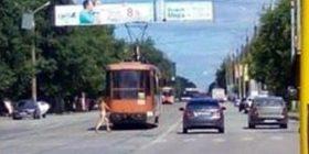 Kapet me një të martuar, zhvishet lakuriq në mes të qytetit (Foto, +16)