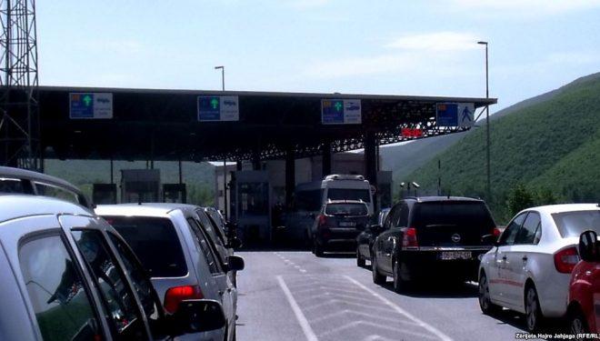 Mërgimtarët nisin të kthehen në shtetet ku jetojnë, krijohen kolona në kufi