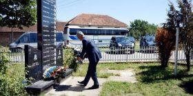 Thaçi zotohet para lapidarit të rinjve të vrarë serbë: Kurrë më, askush s'do ta vrasë gëzimin e fëmijëve (Foto)