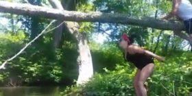 """Tenton të kalojë lumin duke """"treguar muskujt"""", por e pëson (VIDEO)"""