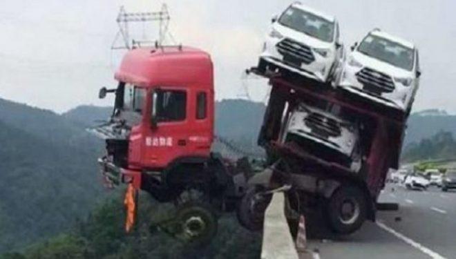 Kamioni del nga udha si n'filma, shoferi i pshton vdekjes! (Foto)