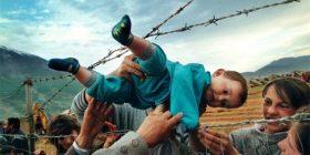 Fotografi që prekin zemrën, përfshihet edhe lufta në Kosovë (FOTO)