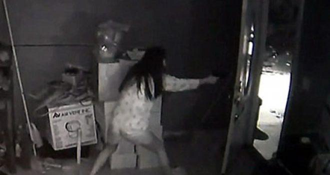 I hynë hajdutë në shtëpi, gruaja i pret me të shtëna pistolete (Video)