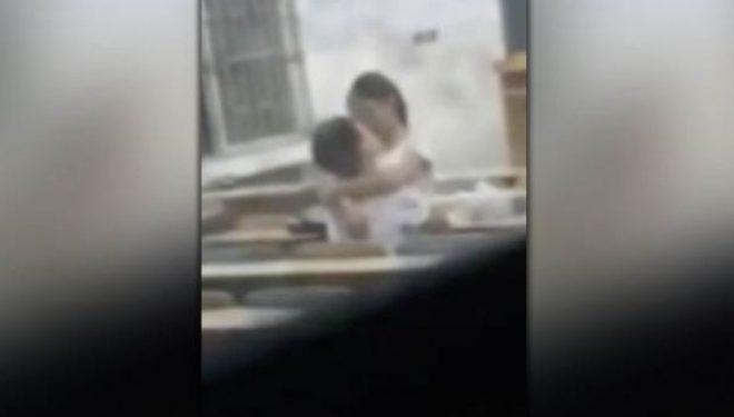 Studentët e universitetit kapen duke bërë seks në klasë (Video+18)
